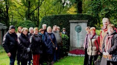 Die Teilnehmer der Vereinsfahrt am Grab von Willi Ostermann