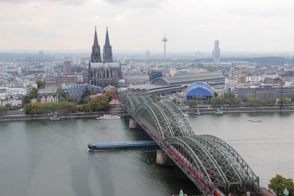 Blick von der Aussichtsplattform auf den Kölner Dom