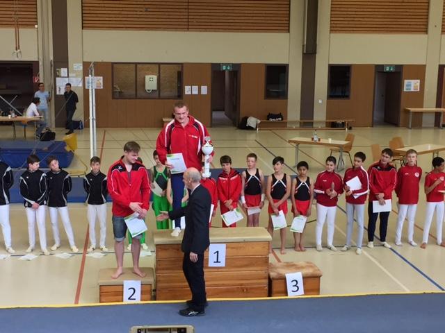 Manfred Hahn gratuliert Iurii und Pavel bei der Siegerehrung